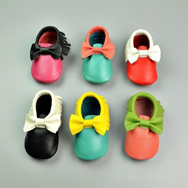 Venta caliente de moda Anti slip ahueca hacia fuera el primer caminante zapatos del estilo de europa niñas cuero reales del nudo del arco del bebé mocasines