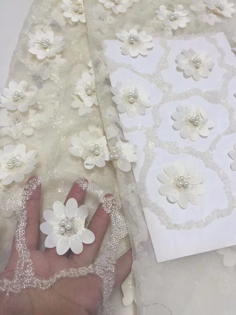 2018 The large tulle fabric and the 3D decals of the French lace mesh lace with cheap fashion and elegant diamonds.YZ08321