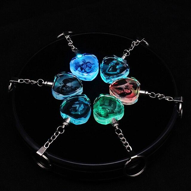 אישית קריסטל משפחה תמונה זוג Keychain Led אור לייזר חריטה צבעוני DIY מתנת חברה אור קיר תליית טבעת