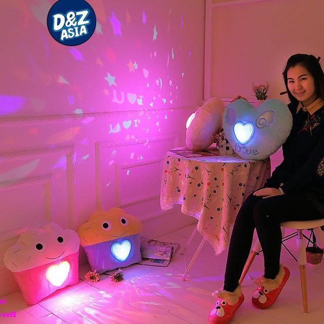 Мультфильм красочный светодиодные проекция подушка СВЕТОДИОДНЫЕ фонари Подушка Свет Проектора Плюшевые Игрушки Ночь Свет Звезд Игрушки Девушки подарок