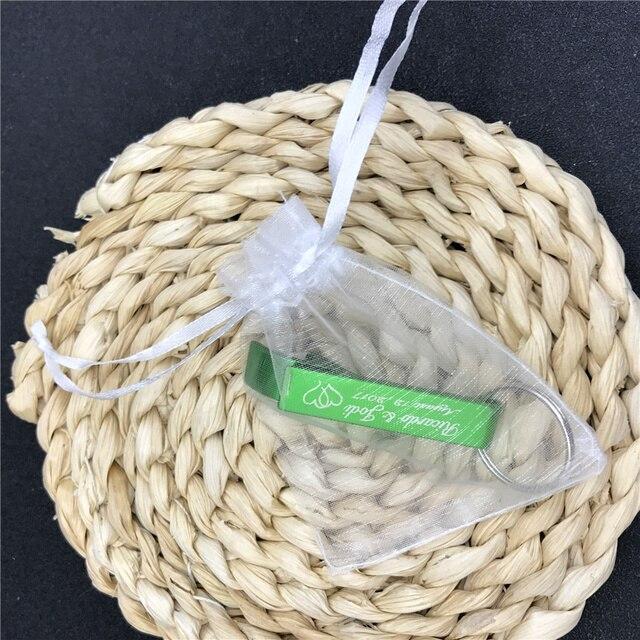 50 szt. Wedding Favor spersonalizowany brelok z otwieraczem do butelek breloki spersonalizowany prezent ślubny, pakowanie w białą torba z organzy