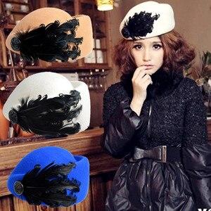Image 1 - 2020 새로운 럭셔리 깃털 스튜어디스 모자 페도라 모자 여성 패션 솔리드 울 빈티지 모자 여성을위한 영국 스타일의 베레모