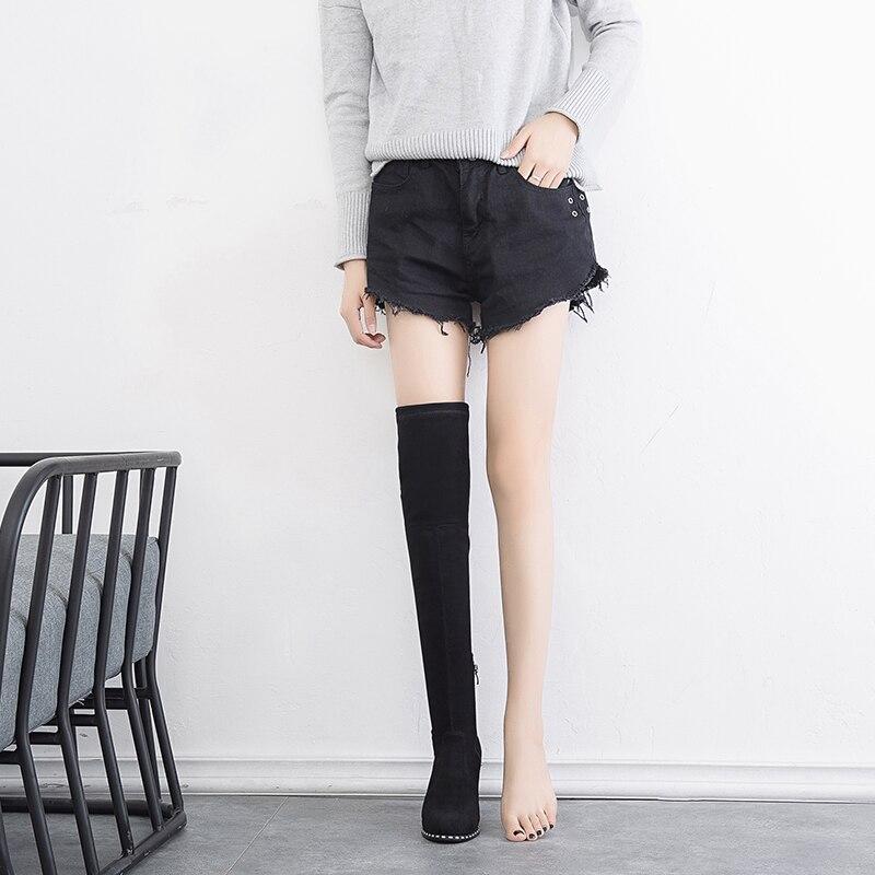 Ragazze che diffondono le immagini delle gambe