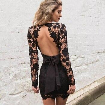 Vestido negro cenido al cuerpo