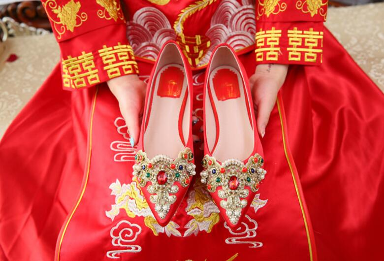 ФОТО Chinese Traditional Style Women Wedding Shoes Rhinestones Embellished Pointed Toe Flats Slip On Red Shoes For Bride