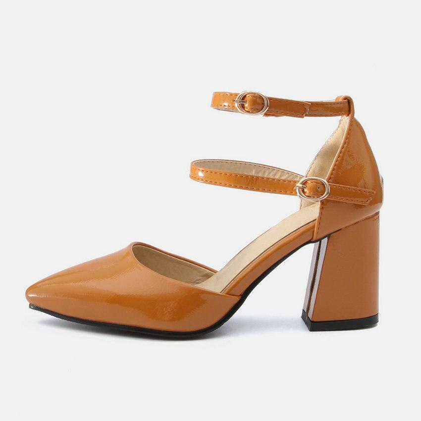 المرأة بسيور حذاء وأشار