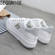 SEGGNICE נעליים יומיומיות 2019 חדש נשים אופנה סניקרס פלטפורמת לבן אישה נעליים לנשימה עור מפוצל דבורה הדפסי פראי גביש