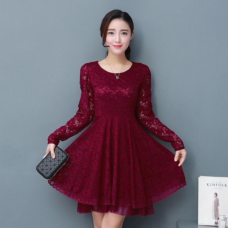 Vestido de encaje negro con forro rojo