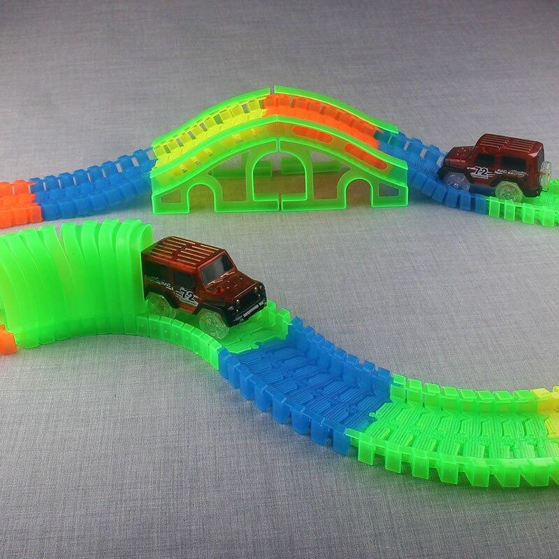 DIY Pistes De Voiture Ensemble avec Coude Flex serpentine technologie brille cursus dans la Piste noire LED Voiture DIY Puzzel