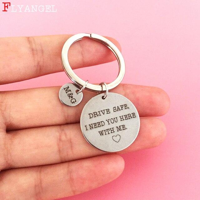 Gravar personalizado Nome Abreviação Letra Inicial Casais Chaveiro Presente Drive Seguro QUE EU Preciso de Ti Aqui Comigo Mulheres Namorado Keychain
