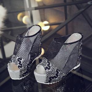 Image 2 - 여성 플립 퍼 높은 뒤꿈치 샌들 숙 녀 섹시 할로우 웨지 슬립 온 높은 뒤꿈치 신발 숙 녀 여름 샌들 슬리퍼 zapatos mujer