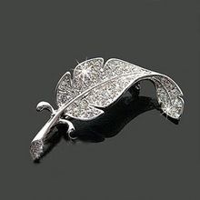 Korean Women Fashion collar Accessories Leaf brooch Simple Delicate Crystal Brooches Silver Color Feather Shape Brooch Pins недорго, оригинальная цена