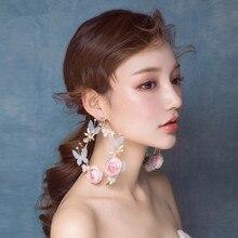 Мори темперамент, подчеркивающие индивидуальность, тонкие милые розовые серьги, большие серьги-кольца с цветами, свадебные аксессуары