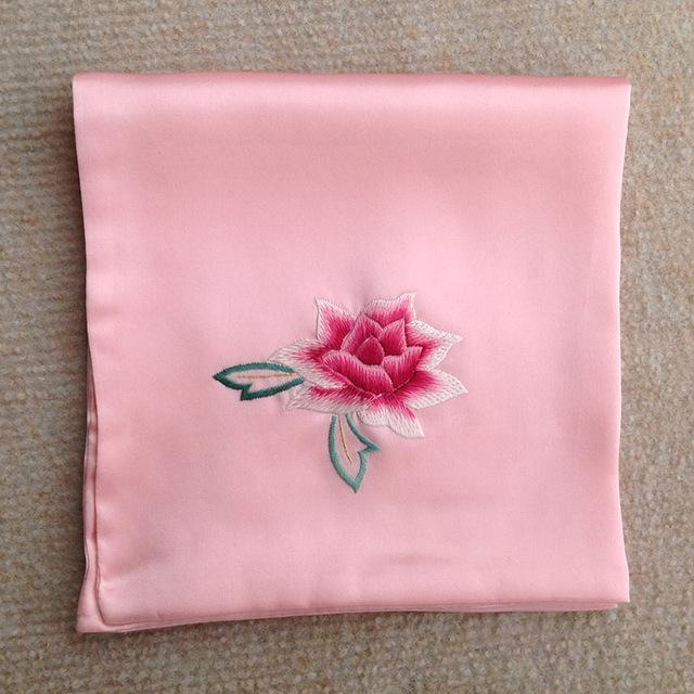 Chiếc khăn tay kỷ niệm tiết lộ bí mật thầm kín của bố chồng
