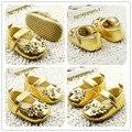 2017 primavera e no outono bebê menina pu sapatos Dourados Flor princesa cristal hook & loop sapatos Primeiros Caminhantes meninas 11-13 cm comprimento do pé