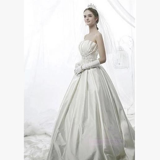 Nice white dress for wedding cakes