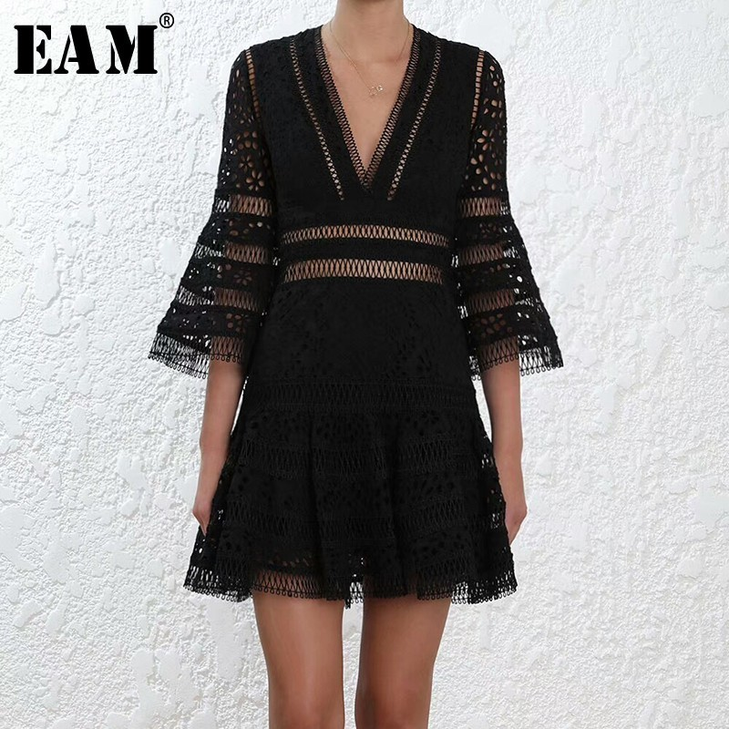 [EAM] 2018 New Summer V-collar Half Flare Sleeve Lace Pplit Joint Hollow Out Loose Temperament Dress Women Fashion Tide JF977