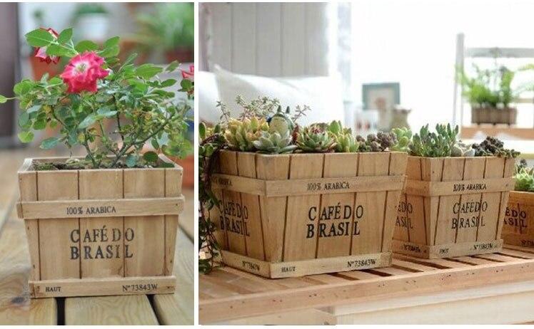 Rétro boîte en bois contenant des plantes en pot de bureau