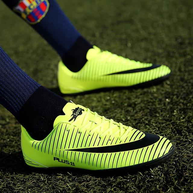 d29268cda4 Quadra dura TF Botas de Futebol dos homens Chuteiras prego Curto Adulto  Meninos Jovens Estudantes Futebol
