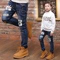 2017 весной и осенью мода классический джинсы детские мальчик label tf-в письме 3 отверстия дикий детская брюки