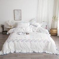Белый из египетского хлопка Постельное белье оборками пододеяльник простыни цветы вышивка постельное белье, набор queen King постельное белье