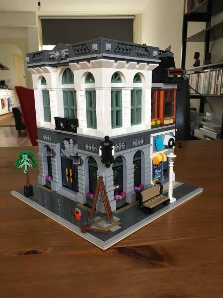 15001 creator 2413Pcs lepin street view Brick Bank Model Building Kits Blocks Bricks Toy Compatible 10251  kid gift lepin 16008 creator cinderella princess castle city 4080pcs model building block kid toy gift compatible 71040
