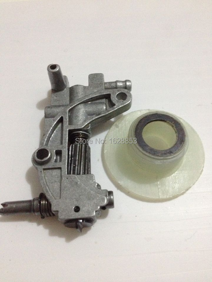 где купить 4500/5200/5800 Chainsaw spare parts oil pump with oiler worm drive gear for chain saw 45CC/52CC/58CC по лучшей цене