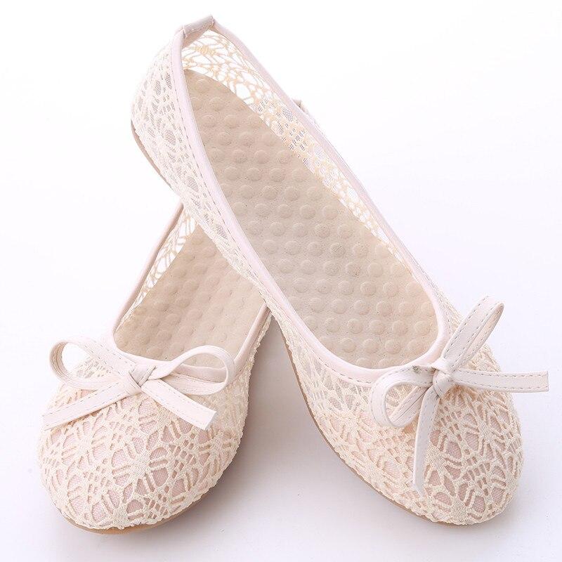 Женская обувь на плоской подошве; Новинка года; летние кружевные туфли с закрытым носком; женские дышащие сандалии; кружевные сетчатые балетки на плоской подошве; Милые сабо с бантом