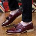 2016 New British Hombres Oxfords Zapatos de la Borla de La Talla Negro Vino Tinto de color Marrón Tamaño 38-43 de La Moda Señaló Dedo Del Pie de Los Hombres Zapatos Ocasionales de Los Zapatos
