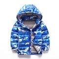 Ropa de los niños 2017 ligero chaquetas del invierno del muchacho camuflaje impreso 90% abajo parkas cremallera muchacho encapuchado outwear las capas
