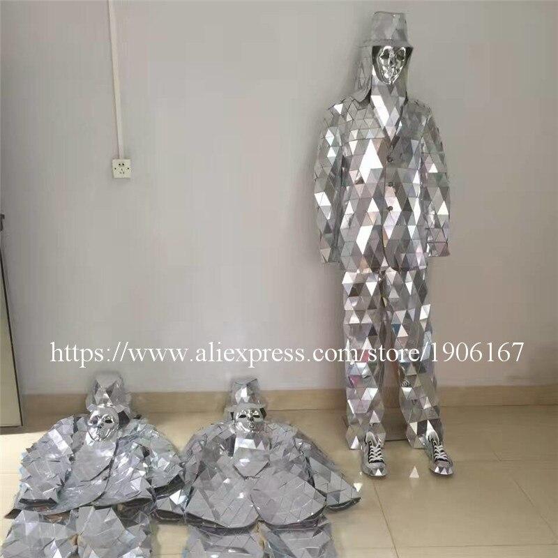 Подиум показывает для мужчин серебряный цвет этап бальный костюм зеркало человек вечерние партии Рождество выступление DJ певица одежда ко...
