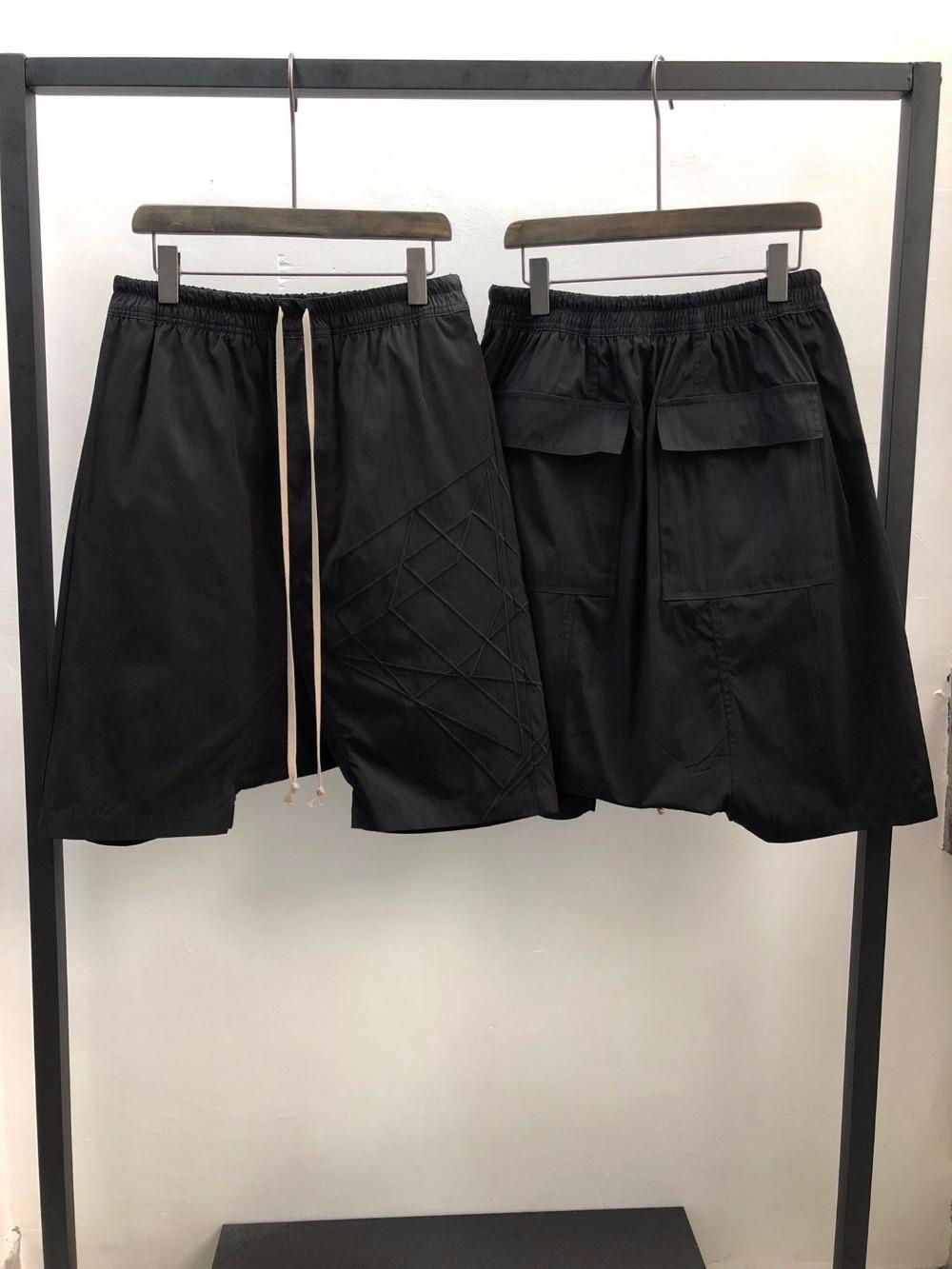 19ss أوين سيك الرجال عارضة قصيرة الحريم القوطية نمط ملابس للرجال Sweatpants الصيف النساء فضفاض أسود قصير حجم XL-في سراويل قصيرة من ملابس الرجال على  مجموعة 1