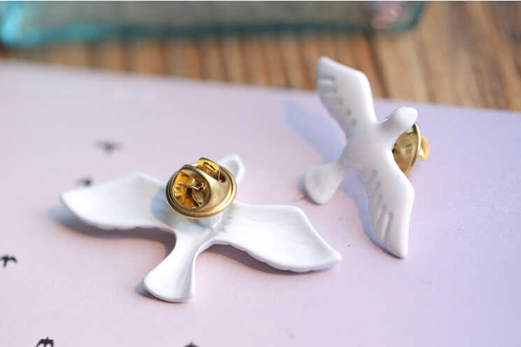 XZ 029 1 Piece Perhiasan Korea Seni Segar Retro Logam Putih Dove Peace Dove Bros Bros Lencana Kerah Jarum Perhiasan aksesoris