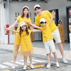 Verão família combinando roupas mãe e filha vestido de malha amarela família olhar pai filho azul curto camiseta crianças roupas