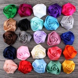 Image 5 - (120 pçs/lote 25 cores de volta plana mini fita de cetim rosa flor acessórios rosetas roladas à mão para grampo de cabelo ou bandana