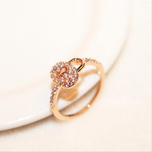 Женское кольцо из розового золота с фианитами и кристаллами