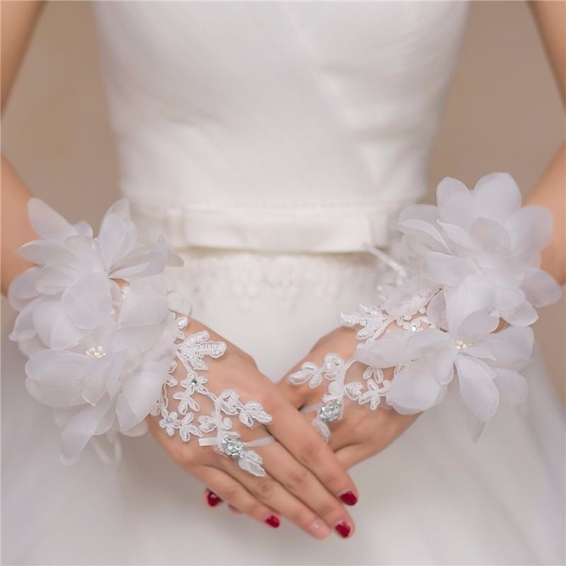Beaded Flower Lace Short Bridal Gloves Fingerless Wedding Gloves 2017 Hot Sale White Red Wedding Accessories Bride Gloves