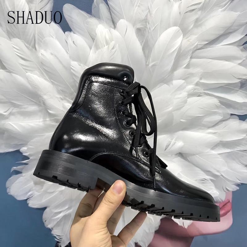2018 shaduo top qualität Schwarz glänzend spitze up lokomotive stiefel flache zipper runde kopf stiefel hoch zu hilfe frauen der schuhe-in Knöchel-Boots aus Schuhe bei  Gruppe 1