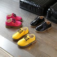 Детская обувь; Новинка года; Весенняя кожаная обувь для мальчиков; повседневная обувь на плоской подошве для девочек; Детские кроссовки из лакированной кожи; детская обувь
