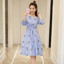 2017 new women's clothing in the spring of fresh V collar striped waist waist Printed Dress