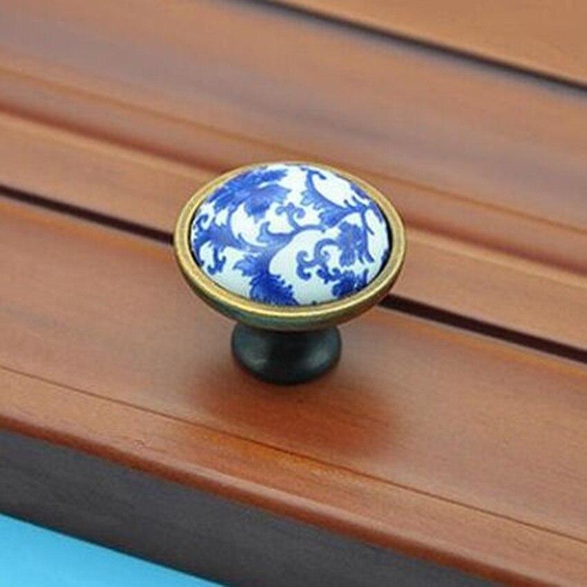ᗗBleu et blanc porcelaine armoire à tiroirs boutons poignées bronze ...