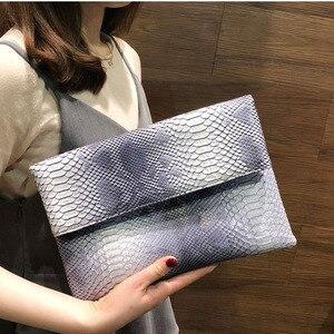 Image 3 - 2020 yeni el çantası katlanır zarf çantası kadın avrupa ve amerikan Trend yılan desen el vahşi parti çantası damla nakliye F47