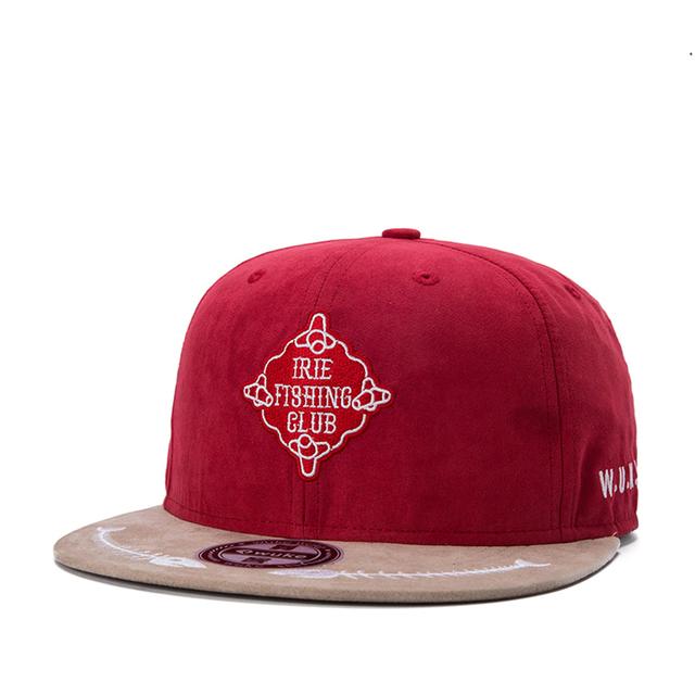 Nova chegada plana brim hip hop cap frente logotipo caráter lado esquerdo W. U. K. E. logo de volta Peixe em projetos de beisebol cor vermelho chapéu