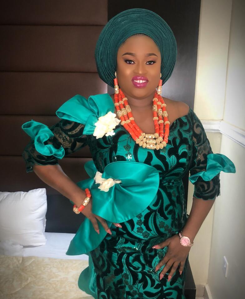 Tela de encaje africano 2019 tela de encaje de terciopelo africano de alta calidad con bordado de lentejuelas vestido de fiesta nigeriano L1710B 4-in encaje from Hogar y Mascotas    2