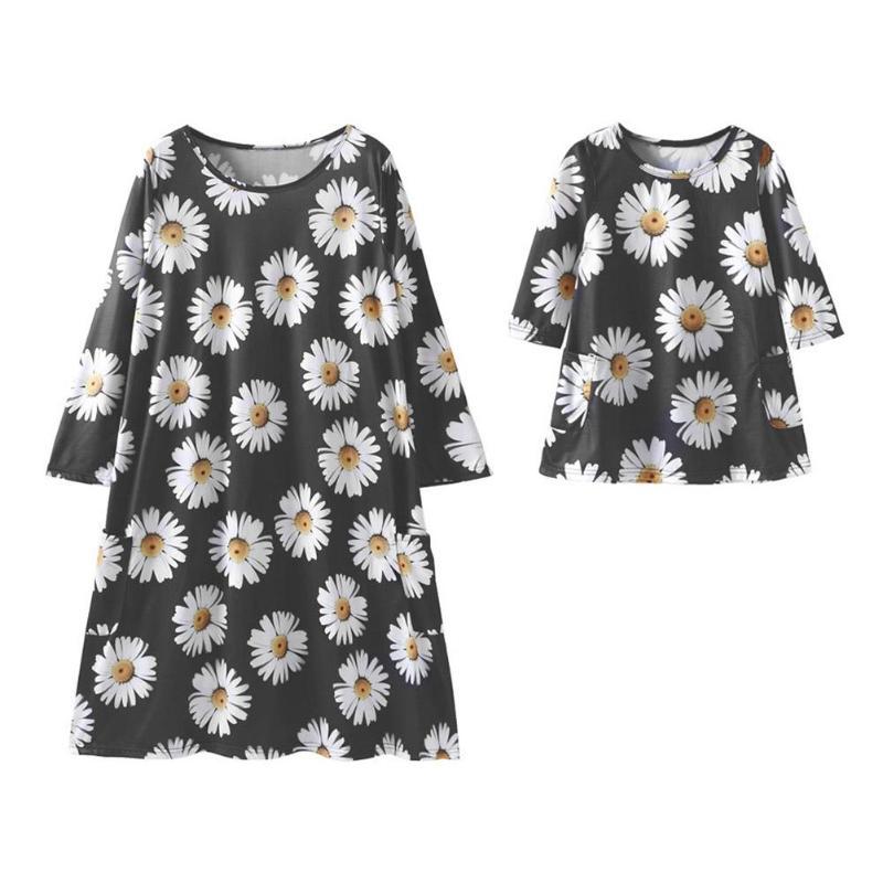 Mode Daisy fleur famille correspondant vêtements automne printemps mère fille enfants Floral imprimé robes noir maman fille robe 4