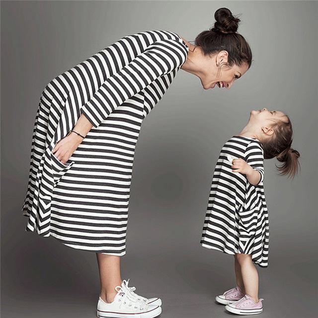 2016 Chica de Moda de Europa Y América Y La Madre Mamá Bebé ropa de Primavera Llegadas Vestido de La Raya Linda Chica En Una Boda traje