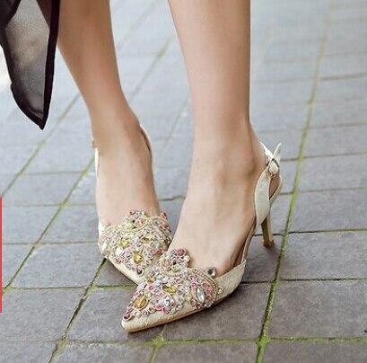 L'Europe bouche peu profonde a des chaussures à talons hauts souliers à boucles. WnpMC