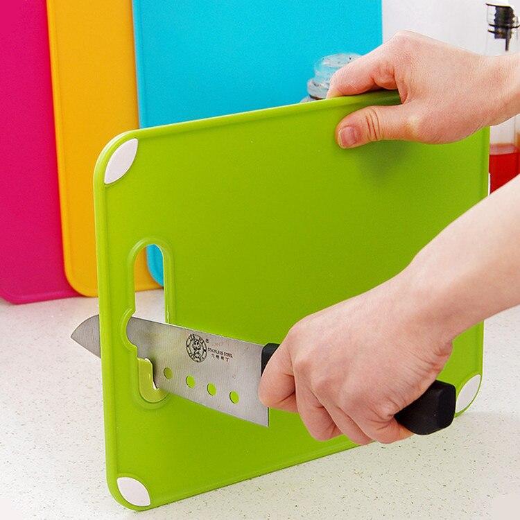 Küche Kochwerkzeug Kreative Anti-rutsch-schneidebrett Tragbare Kunststoff Hackklotz mit Messerschärfer