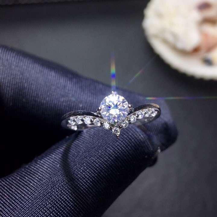 Moissanite  0.5ct  Hardness 9.3, diamond substitutes, can be tested by instruments. Popular jewelryMoissanite  0.5ct  Hardness 9.3, diamond substitutes, can be tested by instruments. Popular jewelry