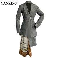 Женский комплект, комплект с блейзером, комплект из двух предметов: Асимметричный блейзер в полоску с завышенной талией, юбка с принтом, Q140